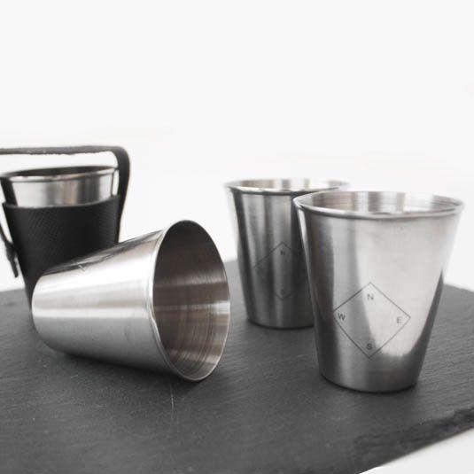 Vier kleine Metall-Becher für Shots
